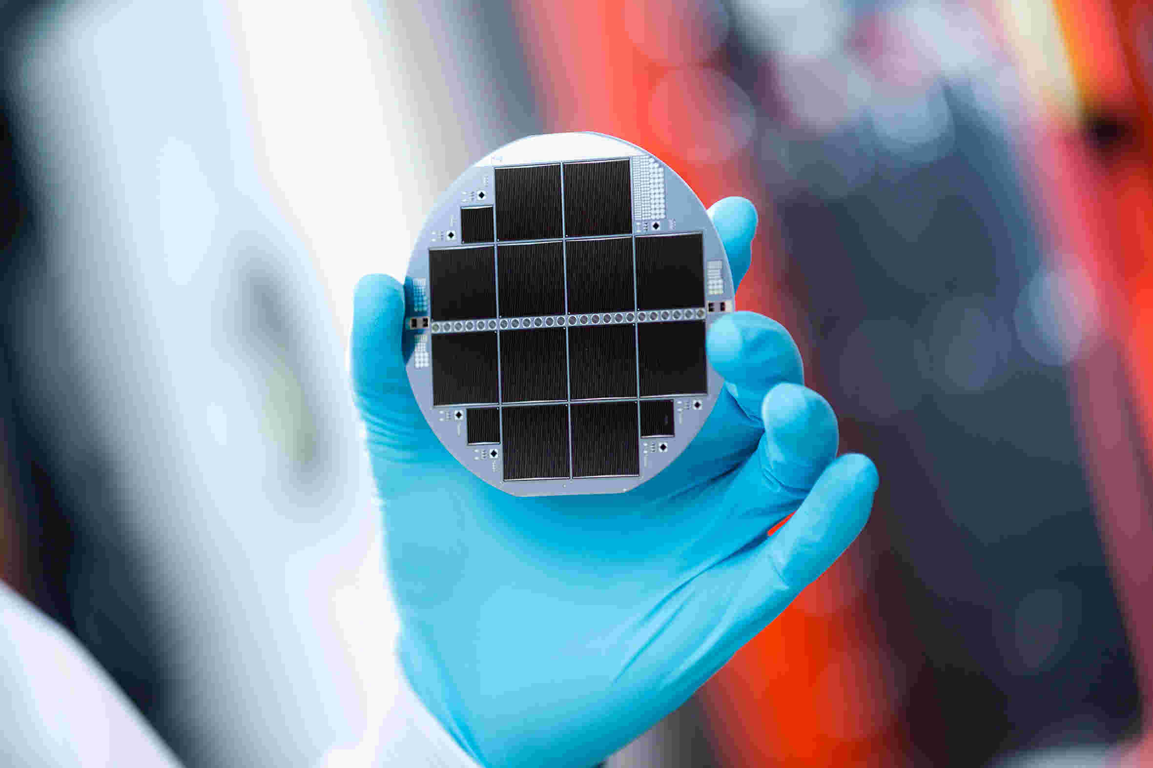 Silicon-based multi-junction solar cell consisting of III-V semiconductors and silicon. The record cell converts 33.3. percent of the incident sunlight into electricity.  © Fraunhofer ISE / Photo: Dirk Mahler